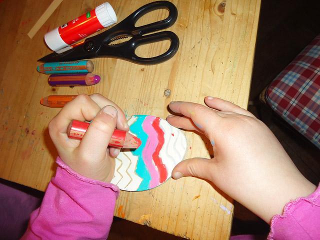 Osterei anmalen - Spaß für Kinder, vor allem, wenn es nicht sofort kaputt geht