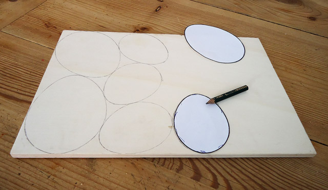 Ostereier auf Holz zeichne (mit Schablone)