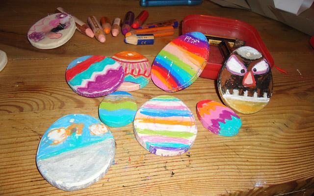 Schöne bunte Ostereier - selbst bemalt von Kindern